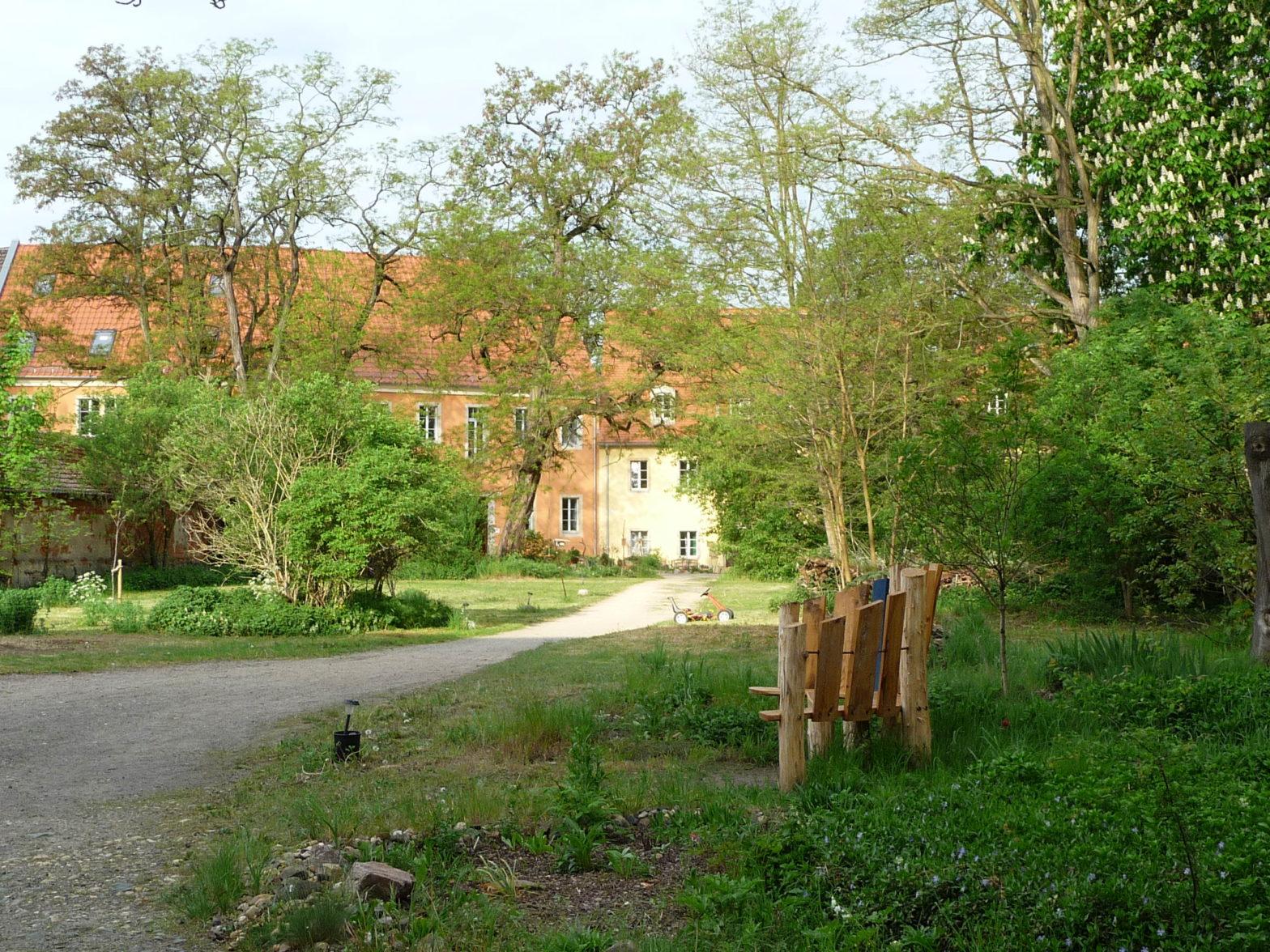 Weg-von-der-Remise-zum-Haupthaus