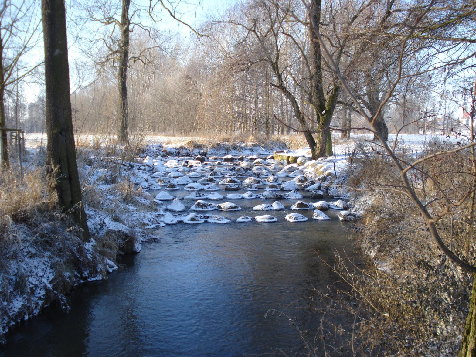 Winterlandschaft-mit-Fluss-in-Jahnishausen